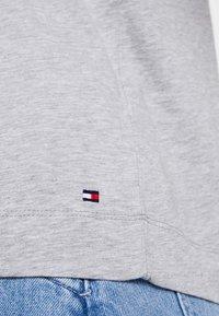 Tommy Hilfiger - CATHY TEE - T-shirt imprimé - grey - 6