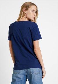 Tommy Hilfiger - BILLIE ROUND TEE - T-shirt imprimé - blue - 2
