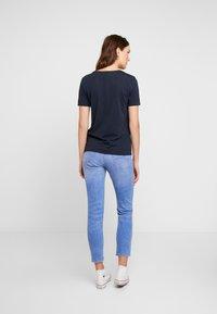 Tommy Hilfiger - DORA SCOOP TEE - T-shirt imprimé - blue - 2