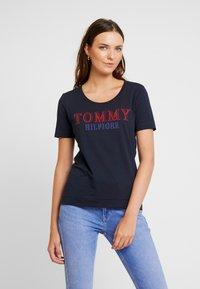 Tommy Hilfiger - DORA SCOOP TEE - T-shirt imprimé - blue - 0