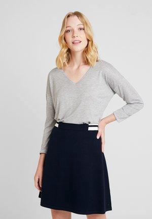 ESSENTIAL - Maglietta a manica lunga - grey