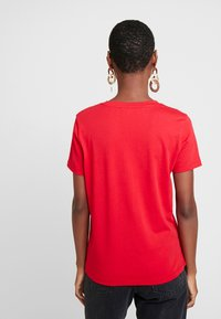 Tommy Hilfiger - NEW TEE  - T-shirts med print - primary red - 2