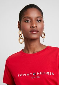 Tommy Hilfiger - NEW TEE  - T-shirts med print - primary red - 3