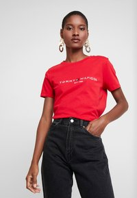 Tommy Hilfiger - NEW TEE  - T-shirts med print - primary red - 0