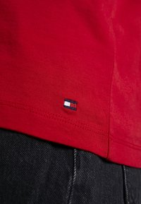 Tommy Hilfiger - NEW TEE  - T-shirts med print - primary red - 5