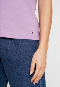 Tommy Hilfiger - NEW TEE  - Print T-shirt - dusty lilac - 5