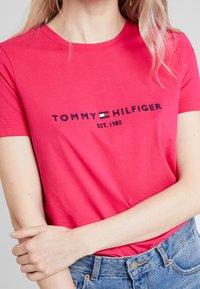 Tommy Hilfiger - NEW TEE  - T-shirt con stampa - bright jewel - 4