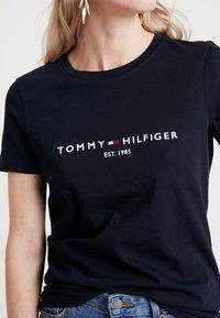 Tommy Hilfiger - NEW TEE  - Print T-shirt - desert sky - 4
