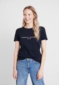 Tommy Hilfiger - NEW TEE  - Print T-shirt - desert sky - 0