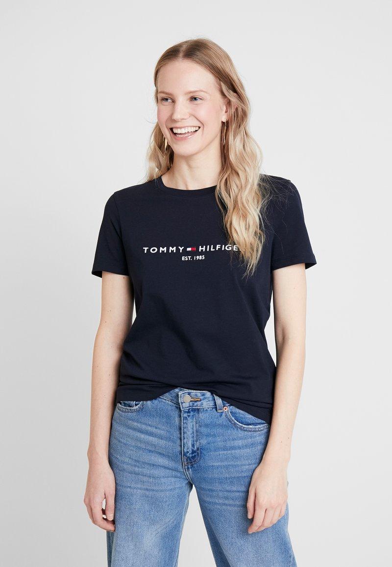 Tommy Hilfiger - NEW TEE  - Print T-shirt - desert sky