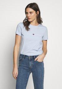Tommy Hilfiger - NEW TEE  - Print T-shirt - breezy blue - 0