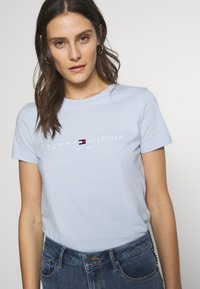 Tommy Hilfiger - NEW TEE  - Print T-shirt - breezy blue - 4