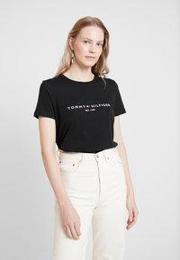 Tommy Hilfiger - NEW TEE  - T-shirts med print - black - 0