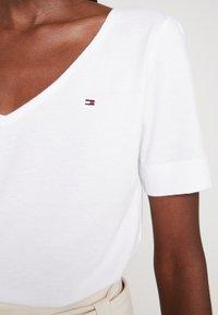 Tommy Hilfiger - CLASSIC  - T-shirt - bas - white - 4