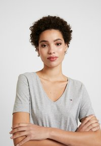 Tommy Hilfiger - CLASSIC  - Basic T-shirt - light grey heather - 3