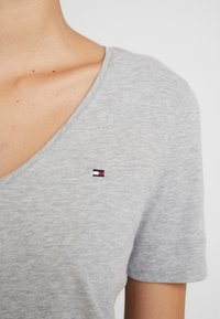 Tommy Hilfiger - CLASSIC  - Basic T-shirt - light grey heather - 5