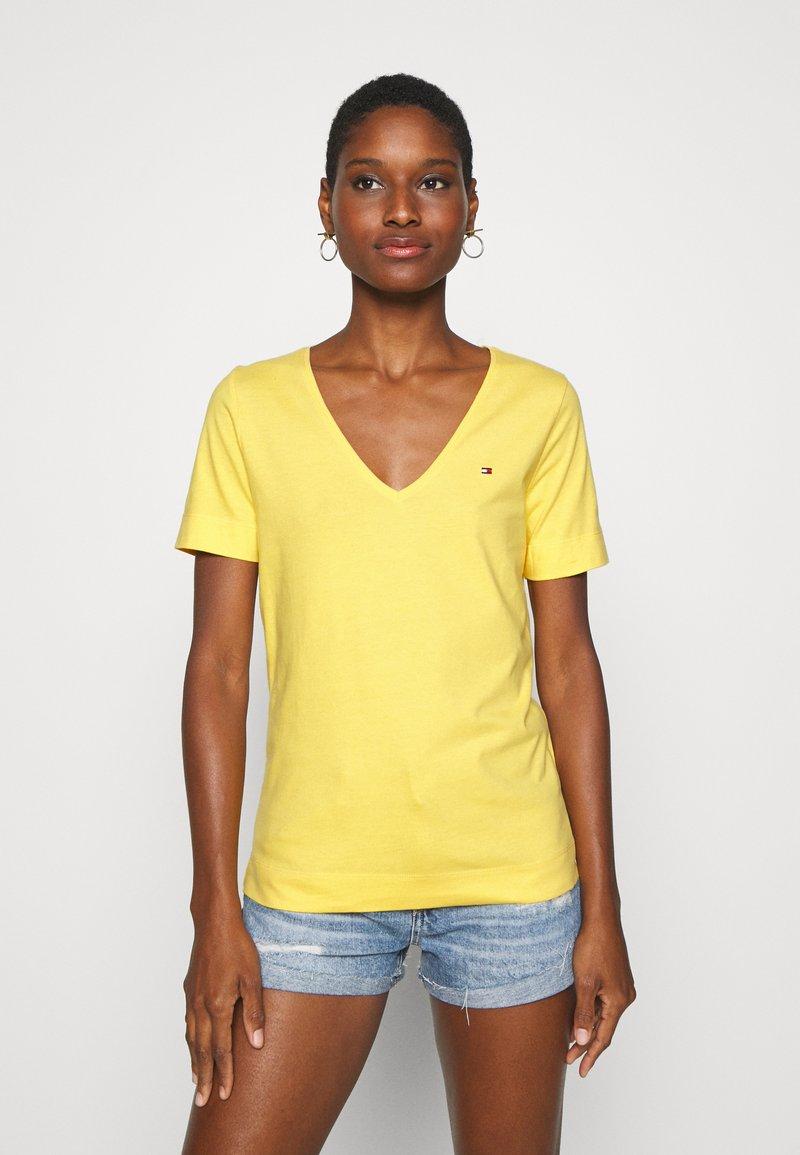 Tommy Hilfiger - CLASSIC  - Basic T-shirt - sunny