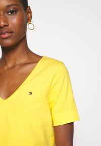 Tommy Hilfiger - CLASSIC  - Basic T-shirt - sunny - 4