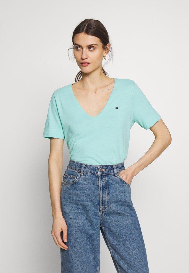 CLASSIC  - Basic T-shirt - menthol
