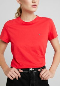 Tommy Hilfiger - CLASSIC - Basic T-shirt - red alert - 4