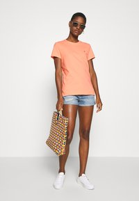 Tommy Hilfiger - CLASSIC - Basic T-shirt - island coral - 1