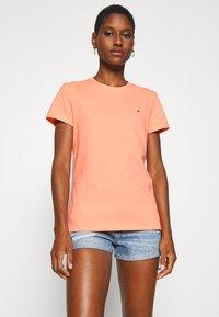 Tommy Hilfiger - CLASSIC - Basic T-shirt - island coral - 0