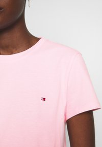 Tommy Hilfiger - CLASSIC - Basic T-shirt - frosted pink - 4
