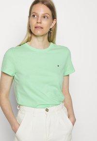 Tommy Hilfiger - CLASSIC - T-shirt basic - neo mint - 3