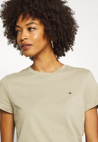 Tommy Hilfiger - CLASSIC - Basic T-shirt - surplus khaki - 4