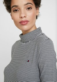 Tommy Hilfiger - ESSENTIAL ROLL - Long sleeved top - white/black - 4
