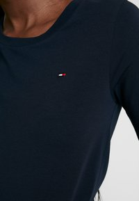 Tommy Hilfiger - ESSENTIAL SOLID - T-shirts - desert sky - 5