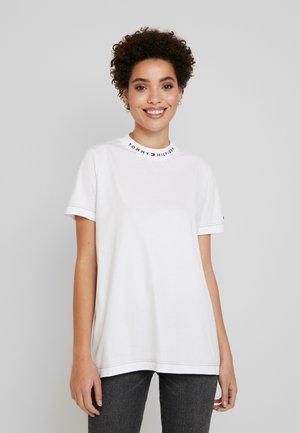 LOGO MOCK TEE - Print T-shirt - white