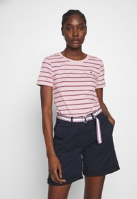 Tommy Hilfiger - ESSENTIAL ROUND - T-shirt med print - global oxford/pale pink - 0