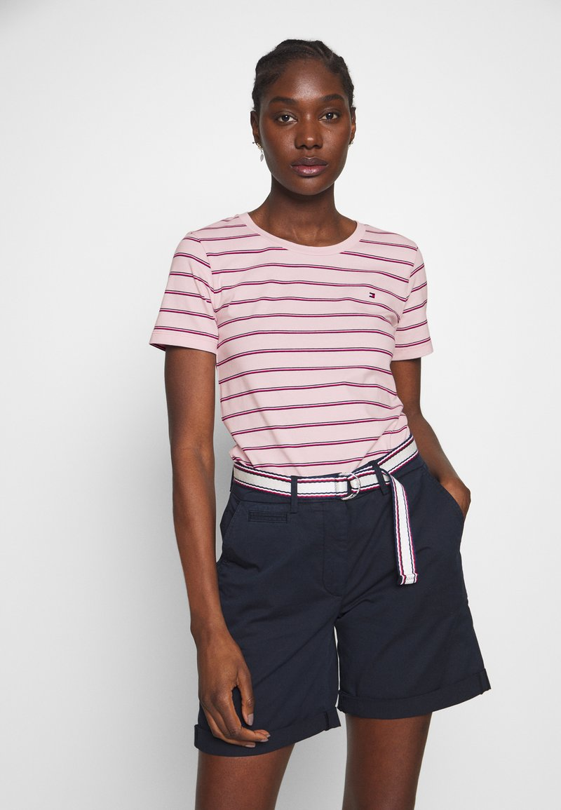 Tommy Hilfiger - ESSENTIAL ROUND - T-shirt med print - global oxford/pale pink
