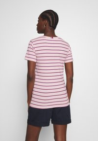 Tommy Hilfiger - ESSENTIAL ROUND - T-shirt med print - global oxford/pale pink - 2