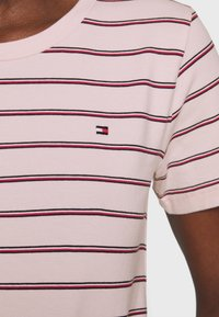 Tommy Hilfiger - ESSENTIAL ROUND - T-shirt med print - global oxford/pale pink - 3