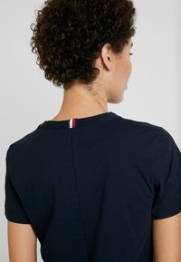 Tommy Hilfiger - EMBROIDERY TEE - T-paita - desert sky - 3
