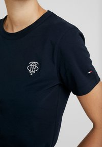Tommy Hilfiger - EMBROIDERY TEE - T-paita - desert sky - 5