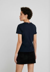 Tommy Hilfiger - EMBROIDERY TEE - T-paita - desert sky - 2