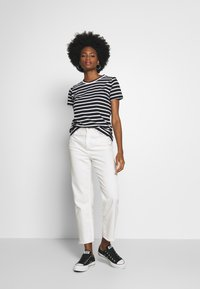 Tommy Hilfiger - COOL RELAXED TEE - T-shirt imprimé - white/black - 1