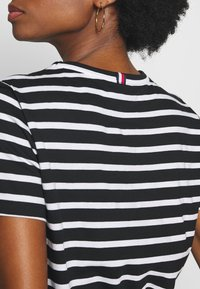 Tommy Hilfiger - COOL RELAXED TEE - T-shirt imprimé - white/black - 5