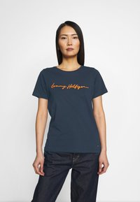 Tommy Hilfiger - ALISSA REGULAR - Print T-shirt - desert sky - 0