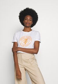 Tommy Hilfiger - COOL RELAXED GRAPHIC TEE - T-shirt z nadrukiem - white - 2