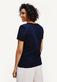 Tommy Hilfiger - TIARA - Print T-shirt - desert sky - 2