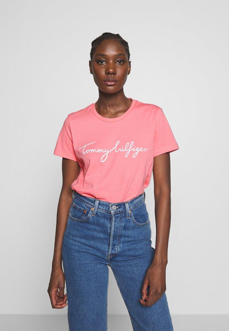 Tommy Hilfiger - CREW NECK GRAPHIC TEE - Print T-shirt - pink grapefruit