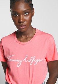Tommy Hilfiger - CREW NECK GRAPHIC TEE - Print T-shirt - pink grapefruit - 5