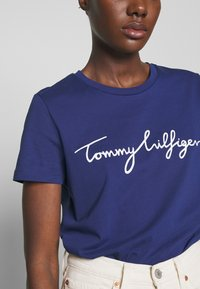 Tommy Hilfiger - CREW NECK GRAPHIC TEE - T-shirt z nadrukiem - blue ink - 5