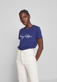 Tommy Hilfiger - CREW NECK GRAPHIC TEE - T-shirt z nadrukiem - blue ink - 0