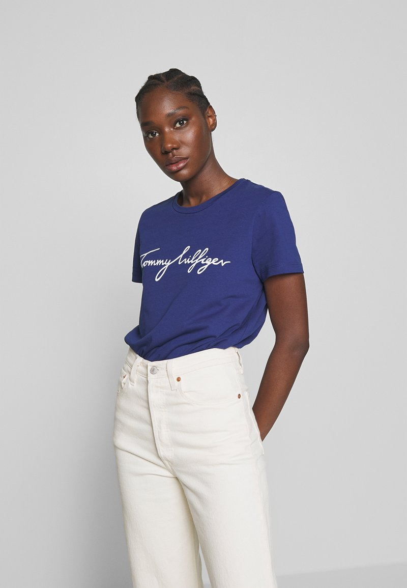 Tommy Hilfiger - CREW NECK GRAPHIC TEE - T-shirt z nadrukiem - blue ink