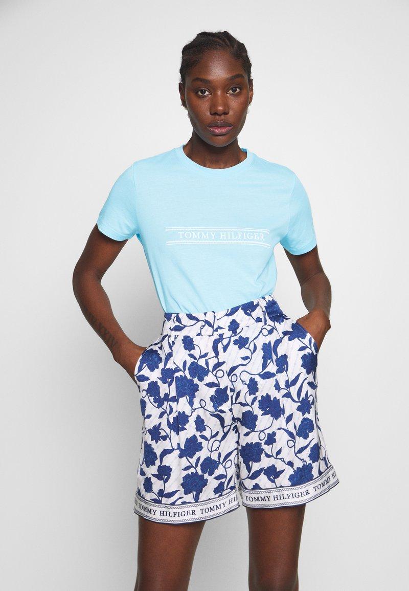 Tommy Hilfiger - REGULAR - T-shirts med print - sail blue